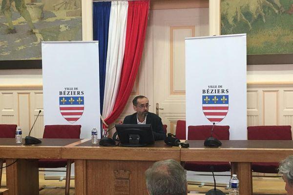 En mairie, devant la presse, Robert Ménard a réagi au rachat du club de rugby de l'AS Béziers-Hérault