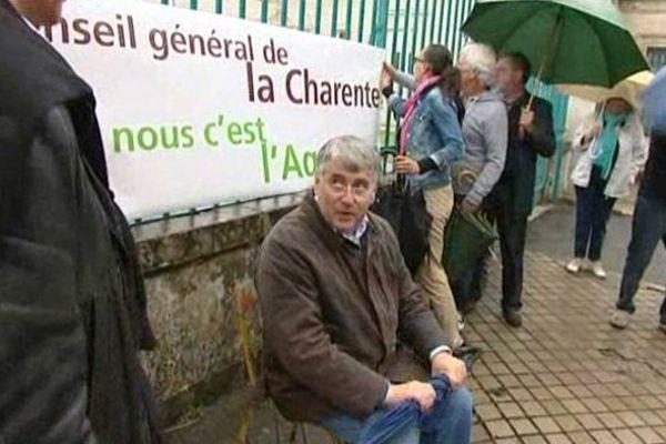 Le président du Conseil général de Charente fait le siège devant la préfecture