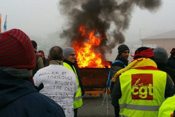 Les salariés d'Allia, bloquent les accès de l'usine de fabrication de sanitaires à Digoin, en Saône-et-Loire, mercredi 7 décembre 2016.
