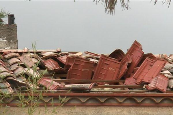 Toiture d'une maison sinistrée après la tornade de Saint-Martin-de-Londres dans l'Hérault la nuit du 24 novembre 2016