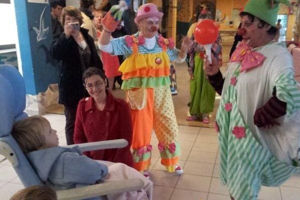 Les costumes des clowns ont remplacé les blouses blanches pour le plaisir des enfants hospitalisés au CHU de Montpellier.