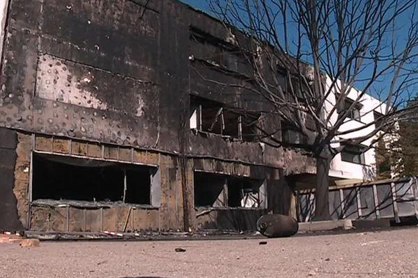 Un des bâtiments du collège les Pins a été complètement détruit par les flammes - 4 septembre 2017