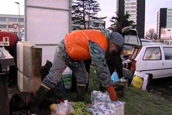 En une matinée, Eugène estive avoir glané près de 150 kilos de marchandise dans les poubelles d'un supermarché de Granville