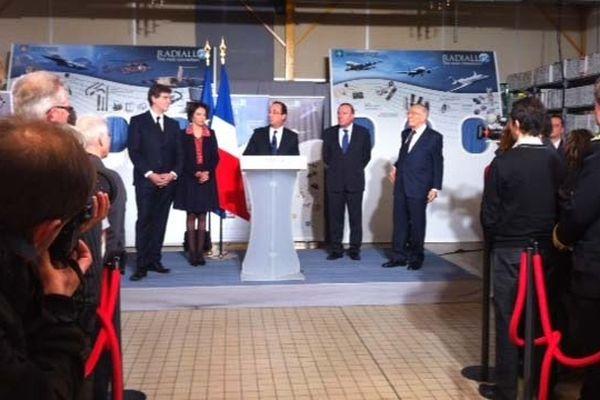 François Hollande à l'usine Radiall, entourée de Marisol Touraine et de Arnaud Montebourg (à gauche) et de Pierre Gattaz, président du Directoire