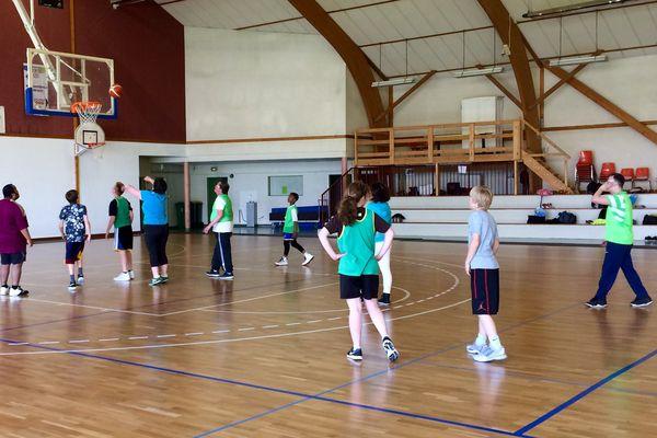Quand club ordinaire et personnes atteintes de déficience intellectuelle jouent ensemble au basket... Le projet a été lancé il y a deux ans