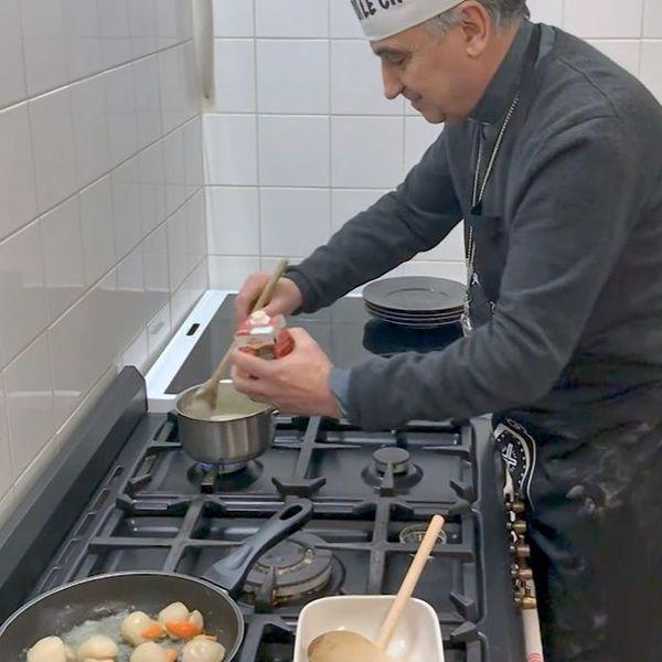 Dominique Lebrun,archevêque de Rouen, prépare la crème au safran qui va accompagner les noix de Saint-Jacques