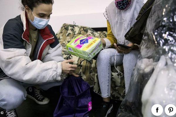 Distribution de kits d'hygiène par l'association Agir pour la santé des femmes