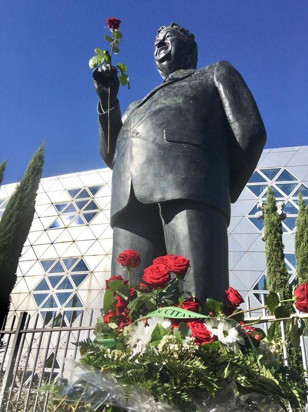 Dépôt de roses au pied de la statue de G. Frêche, ce samedi 24 octobre, pour les 10 ans de sa disparition.