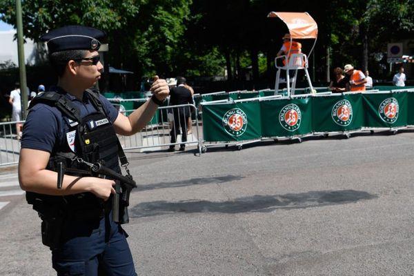 Un policier aux abords du stade Roland Garros, le 27 mai 2017.