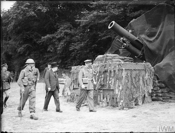 Winston Churchill lors d'une inspection des défenses côtières dans l'est de l'Angleterre, le 7 août 1940.