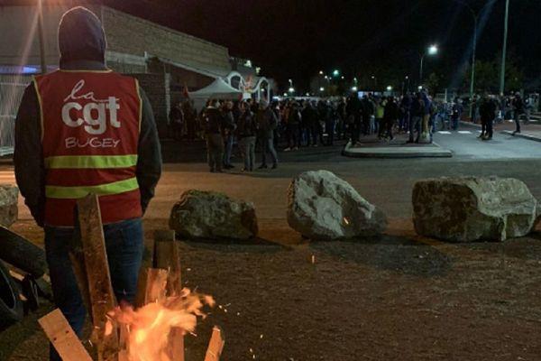 Piquet de grève devant la centrale du Bugey.