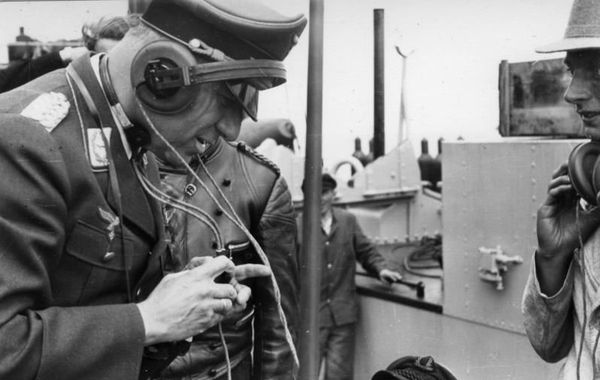 """Fritz Todt, ministre du Reich pour l'Armement et les Munitions, lors d'un test d'immersion d'un Panzer III, en 1940, en vue de l'Opération """"Seelöwe""""."""