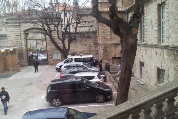 Béziers (Hérault) - arrivée des 7 hommes accusés d'avoir volé du cuivre au dépôt SNCF - 23 janvier 2013.