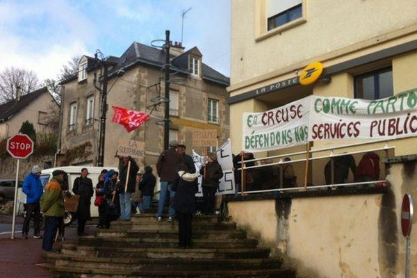 Manifestation devant la poste de La Souterraine pour dénoncer les fermetures des bureaux le samedi matin dans l'ouest creusois