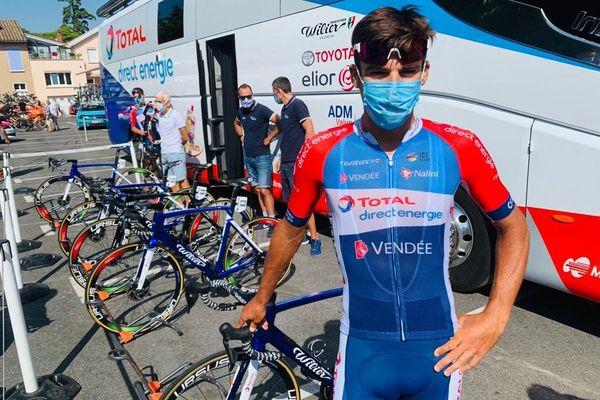 Comme tous les coureurs présents sur le Tour d'Occitanie, masque obligatoire pour le tarnais Lilian Calmejane.