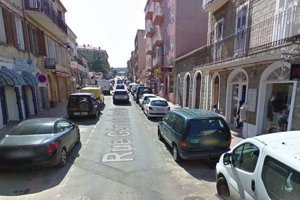 La rue du général de Gaulle, à Propriano, où se situe la boucherie.
