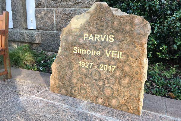 Sur le parvis de l'Hôtel de ville de Perros-Guirec, la stèle de Simone Veil a été souillée trois fois en dix jours.
