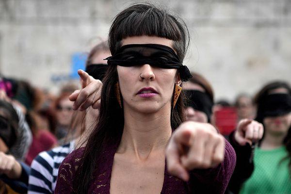 Une activiste féministe lors d'une manifestation au Chili, en décembre 2019.