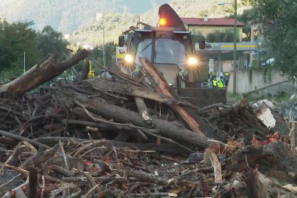 Les militaires travaillent à dégager les routes de la vallée de la Roya, lourdement touchée par des crues de la meurtrière.