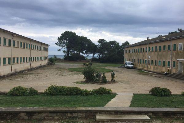 Sans murs d'enceinte, le centre de détention de Casabianda, sur la commune d'Aleria, en plaine orientale, à 70 km au sud de Bastia, compte 194 places.