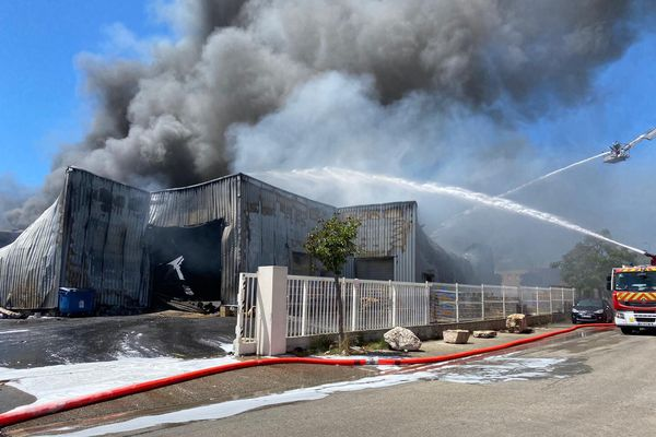 Les flammes sont violentes, les pompiers ont lutté sous une chaleur pesante toute l'après-midi