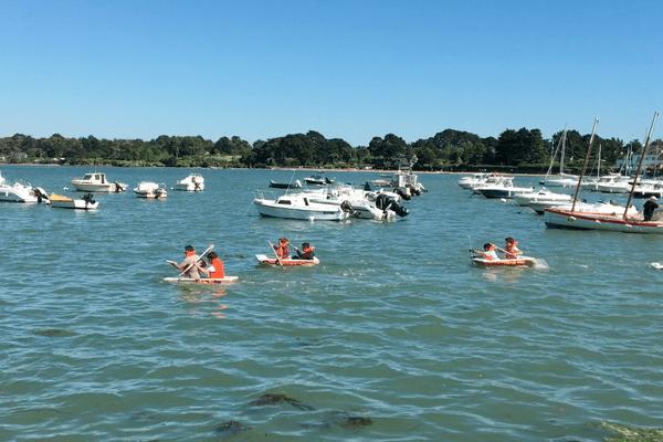 Une course de baignoires a été organisée à Sarzeau lors de la semaine du Golfe du Morbihan., pour le plus grand plaisir du public et des participants