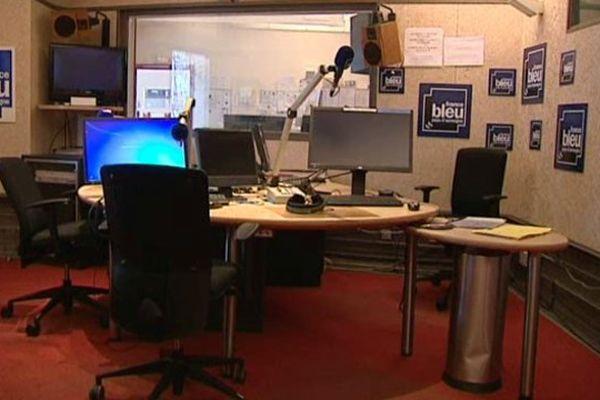 Les studios de France Bleu Pays d'Auvergne sont restés vides pendant la matinale du 7 avril. Les personnels des stations locales de Radio France craignent une mutualisation des émissions par souci d'économies.