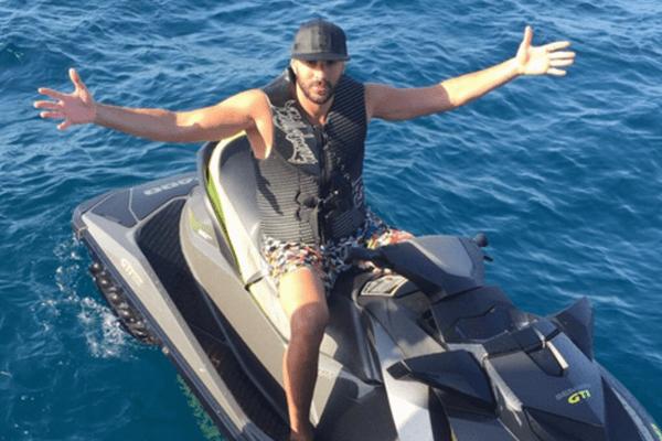 """Benzema en vacances à Saint Tropez. La légende sur son compte Twitter : """"Un pirate à St-Trop !!!"""""""