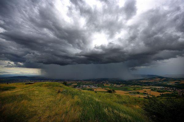 Les nuages supercellules sont souvent responsables de phénomènes orageux violents. Photographie prise en juin 2020.