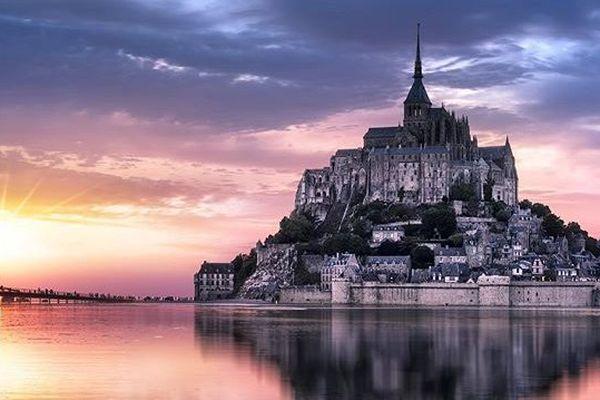 Le Mont Saint-Michel sublimé par le coucher de soleil de Juin.