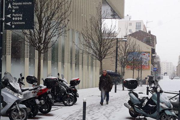 Les flocons tombent depuis deux heures ce mardi à Vanves (Hauts-de-Seine).