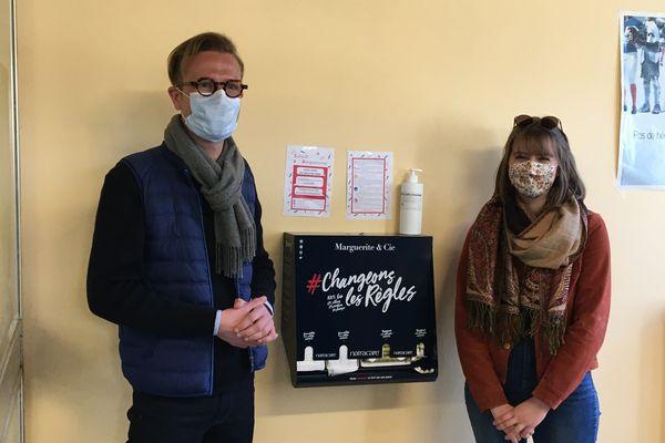 Edouard Duchemin et Margaux Boisgontier du collectif Sang'sationnel viennent d'installer ce distributeur de serviettes et tampons gratuits pour lutter contre la précarité menstruelle