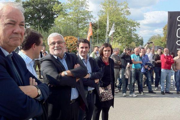 Patrick Rimbert, le maire de Nantes (ici au premier plan) est venu à la rencontre des salariés d'Alcatel-Lucent. Il était accompagné de Joseph Parpaillon, le maire d'Orvault (en 3è place en partant de la gauche)