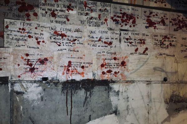 150 affiches ont été collées sur un mur, et six sur un autre, en hommage aux victimes des féminicides de 2019 et de 2020.