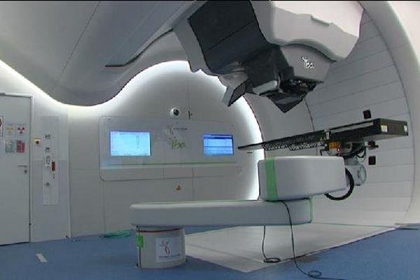 Coût de la machine 30 millions euros. Il y en a deux en France, l'autre est à l'Institut Curie.