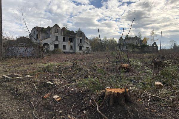 """De l'ancienne cité des officiers, il ne reste plus que les maisons en ruine, """"décoiffées par l'armée en 1993 pour éviter qu'elles ne soient squattées"""", selon Gabriel Becker."""