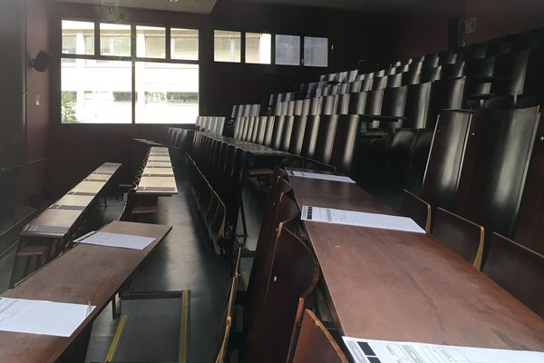Les bâtiments sont ouverts et les cours et examens ont bien lieu.