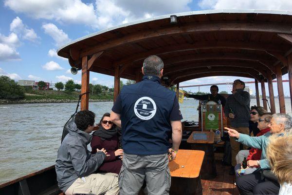 Avec les passagers à bord de la toue Détours en Loire