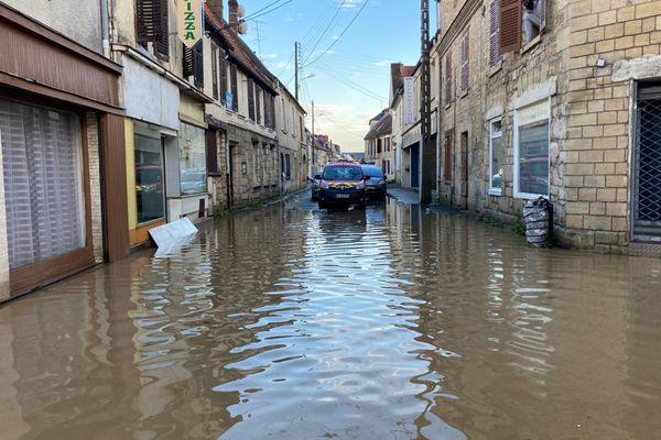 A Chambly dans l'Oise, les rues de la ville sont inondées comme la rue André Caron et la rue Neuilly-en-Thelle.