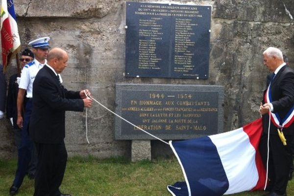 Le ministre et le maire dévoilent la plaque en hommage aux combattants des armées alliées et des Forces françaises de la Résistance