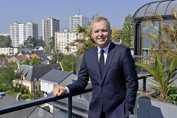 François De Rugy tête de liste à l'élection régionale dans les Pays de la Loire a été enfariné dans le centre de Nantes ce 11 juin 2021