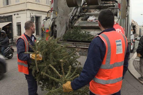 Les agents de la métropole AMP risquent de ne pas pouvoir enlever vos ordures ou encore vos sapins de Noël pendant quelques jours si les dépôts sont encore bloqués. Photo de collecte du 2 janvier 2020.