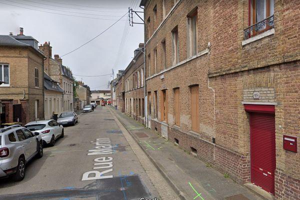 La jeune victime, un homme né à 2002, a été retrouvée sur le trottoir de la rue Martin à Caudebec-lès-Elbeuf.