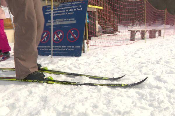 Les raquettes ou encore le ski de fond deviennent des alternatives pour ceux qui ne peuvent pas profiter des remontées mécaniques.