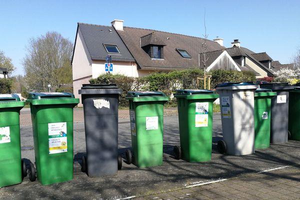 Rangée de poubelles avant le passage d'éboueurs à Rennes