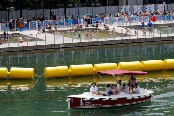 Le bassin de la Villette, ouvert chaque été aux Parisiens, ouvrira avec du retard cette année.