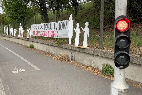 """Banderole avec écrit """"NON à la pollution, TRAM la solution !"""""""