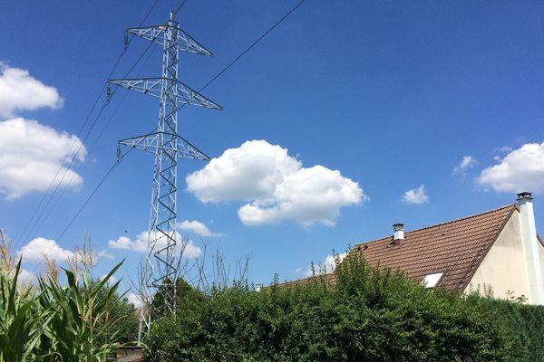 A Lipsheim, les lignes haute tension passent à quelques mètres des maisons