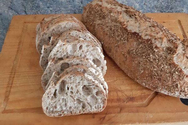 Du pain bâtard riche en fibre, grâce aux drêches de la Brasserie la Grenouille assoiffée.