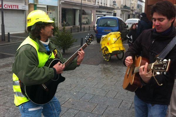 Piot Pépère (à gauche avec son casque jaune) proposera des chansons engagées